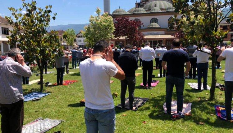 GÖLYAKA'DA CUMA NAMAZI CAMİ AVLUSUNDA KILINDI!
